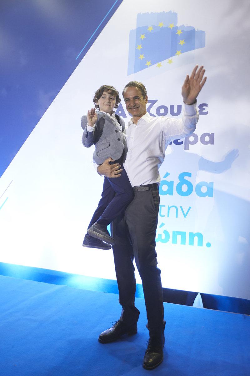 Ο Κυριάκος Μητσοτάκης κρατά στην αγκαλιά του ένα μικρό παιδί μετά το τέλος της ομιλίας του στη Λάρισα