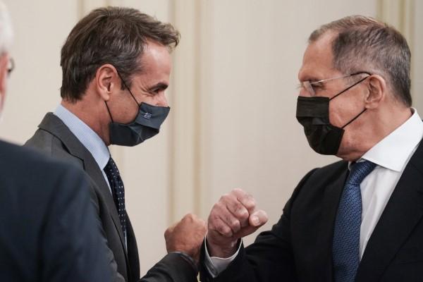 Ο Κυριάκος Μητσοτάκης χαιρετιέται με αγκώνες με τον Σεργκέι Λαβρόφ στο Μαξίμου