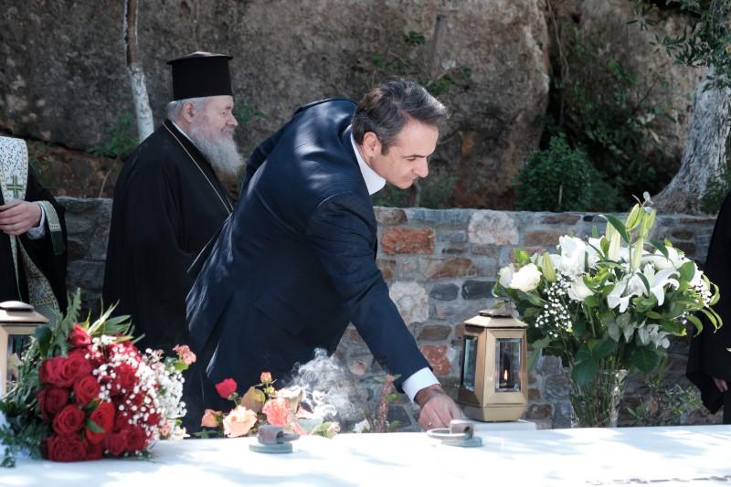 Ο Κυριάκος Μητσοτάκης αφήνει ένα λουλούδι στον τάφο του πατέρα του