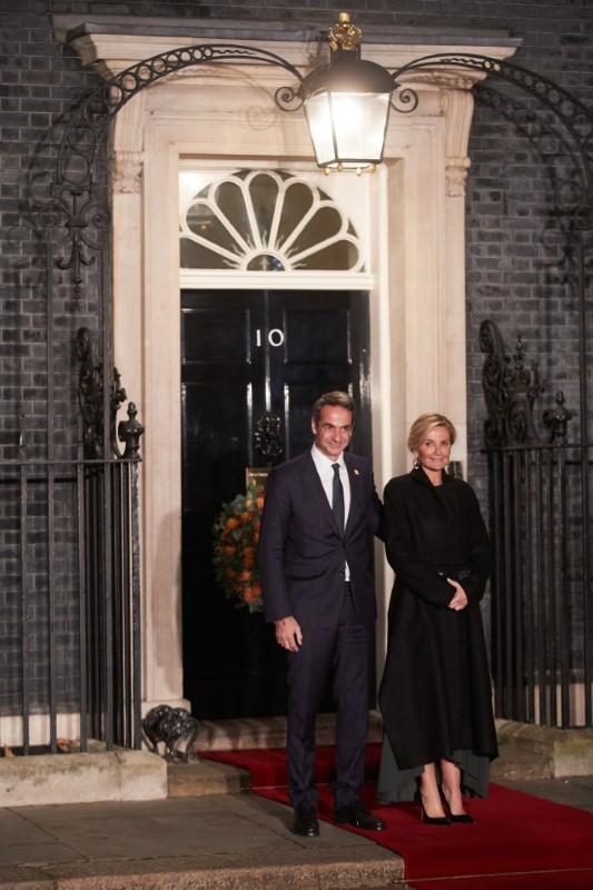 Το ζεύγος Μητσοτάκη ποζάρει για τους φωτογράφους μπροστά από την πρωθυπουργική κατοικία της Βρετανίας