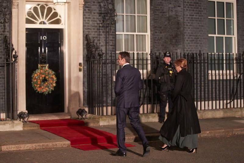 Ο Κυριάκος Μητσοτάκης με την σύζυγό του προσέρχονται στην βρετανική πρωθυπουργική κατοικία.
