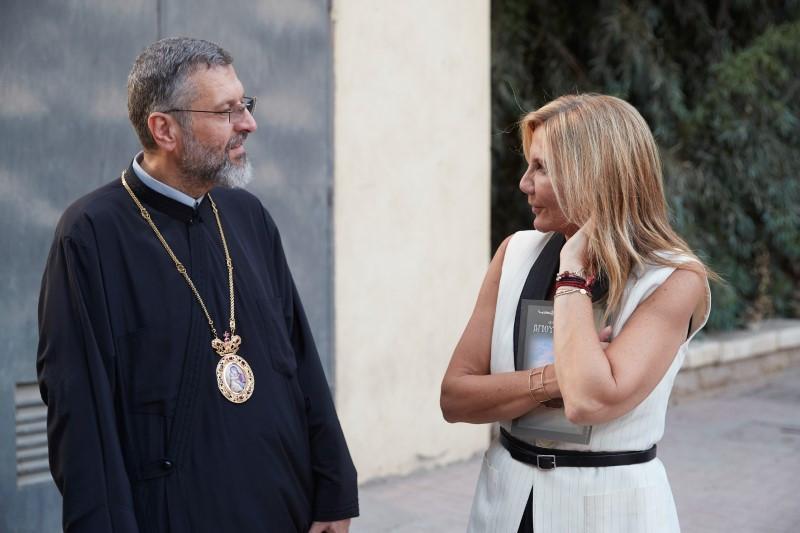 Η Μαρέβα Μητσοτάκη συνομιλεί με τον ιερέα στην Ι. Μ. Του Αγ. Γεωργίου στο Κάιρο