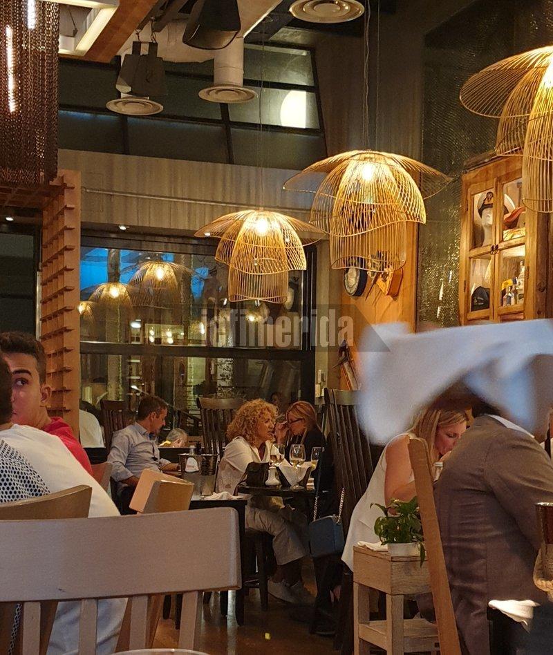 Ο Κυριάκος Μητσοτάκης κάθισε σε γωνιακό τραπέζι με τη σύζυγό του, Μαρέβα.