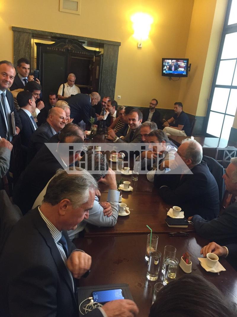 Ο Κυριάκος Μητσοτάκης με βουλευτές της ΝΔ