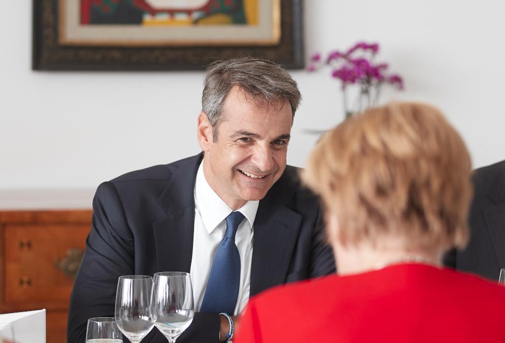 Χαμογελαστός ο πρωθυπουργός κατά την συνάντησή του με την Ανγκελα Μέρκελ