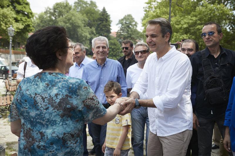 Ο Κυριάκος Μητσοτάκης χαιρετά κάτοικο του Μετσόβου