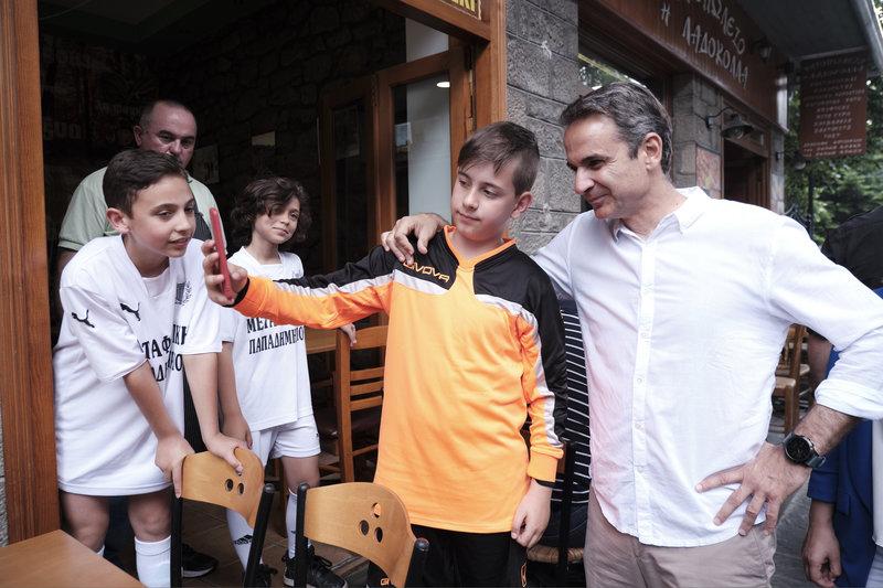 Σέλφι με πιτσιρικάδες στο Μέτσοβο έβγαλε ο πρόεδρος της ΝΔ
