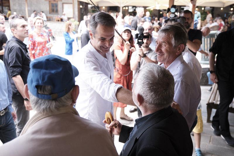 Ο Κυριάκος Μητσοτάκης συνομιλεί με κατοίκους του Μετσόβου