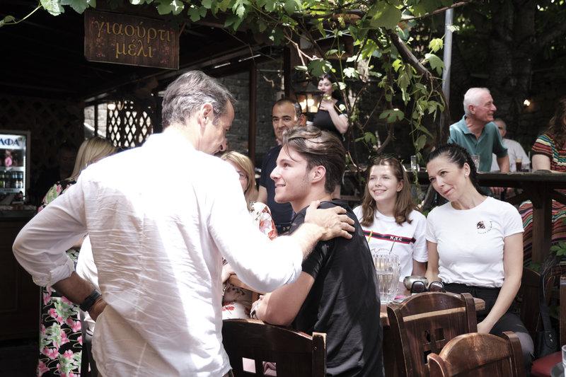 Ο Κυριάκος Μητσοτάκης συνομιλεί με νέους στο Μέτσοβο