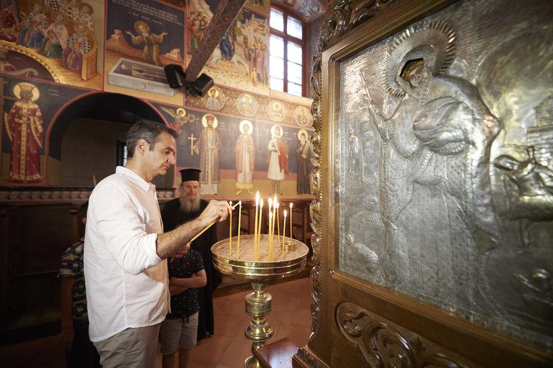 Ο Κυριάκος Μητσοτάκης ανάβει ένα κερί σε εκκλησία στο Μέτσοβο
