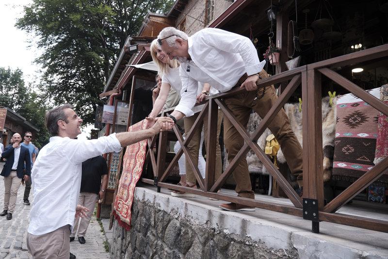 Ο Κυριάκος Μητσοτάκης χαιρετά κατοίκους του Μετσόβου