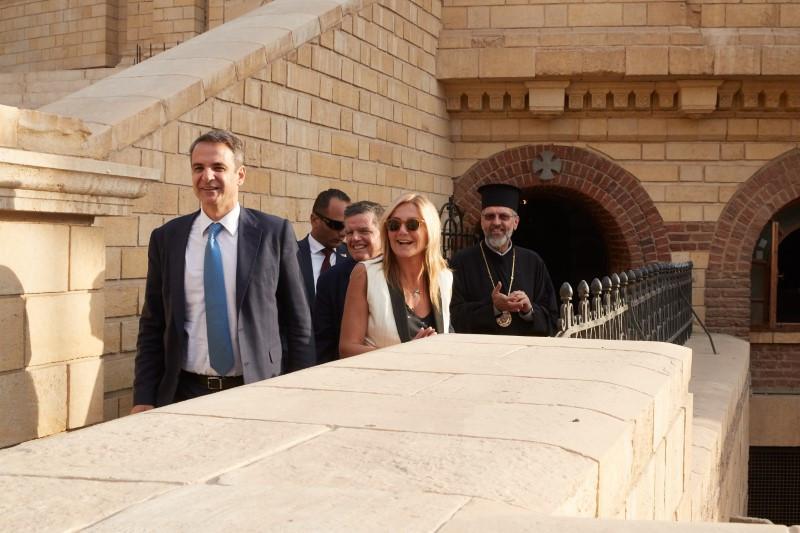 Ο Κυριάκος Μητσοτάκης και η Μαρέβα Γκραμπόφσκι στην Ι. Μ. Του Αγ. Γεωργίου στο Κάιρο