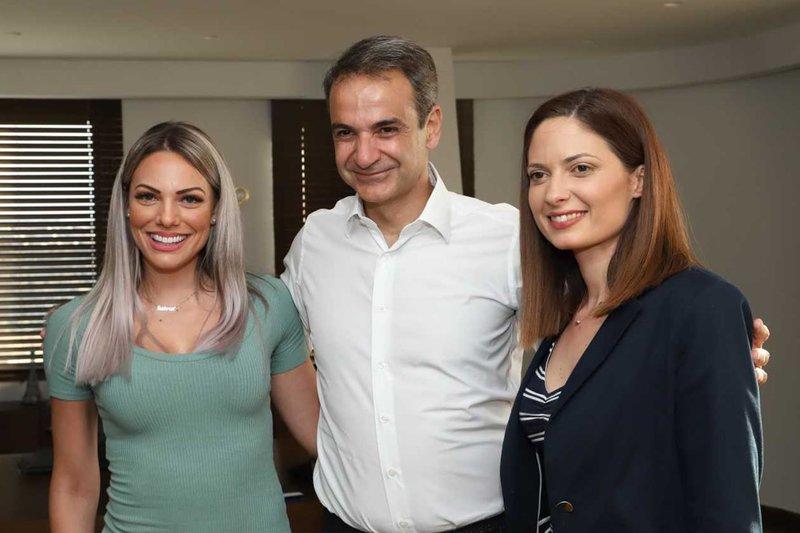 Ο Κυριάκος Μητσοτάκης με συνεργάτες του ΚΡΗΤΗ TV