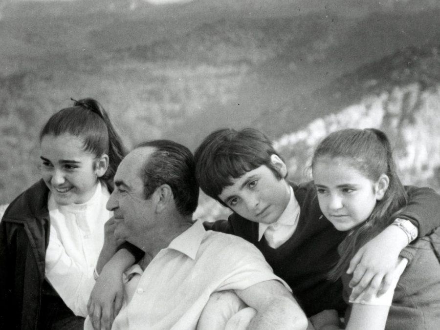 Ο Κωνσταντίνος Μητσοτάκης με τα παιδιά του σε εκδρομή στο Μιστρά, το 1966