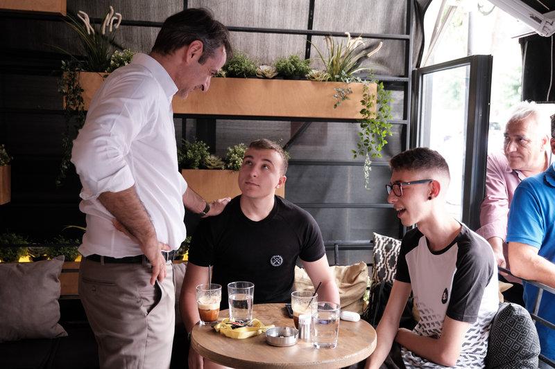 Ο προέδρος της ΝΔ συνομίλησε με νέους στην Πετρούπολη