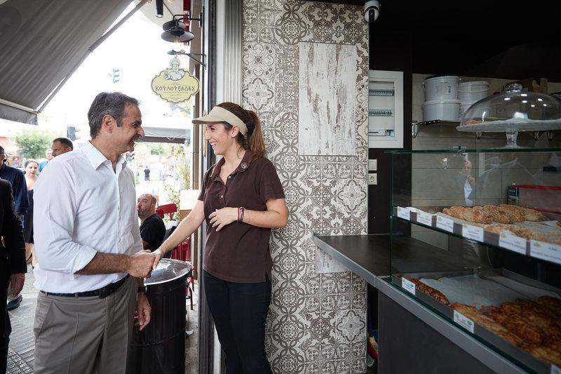 Ο Κυριάκος Μητσοτάκης χαιρετά υπάλληλο μαγαζιού στην Πετρούπολη