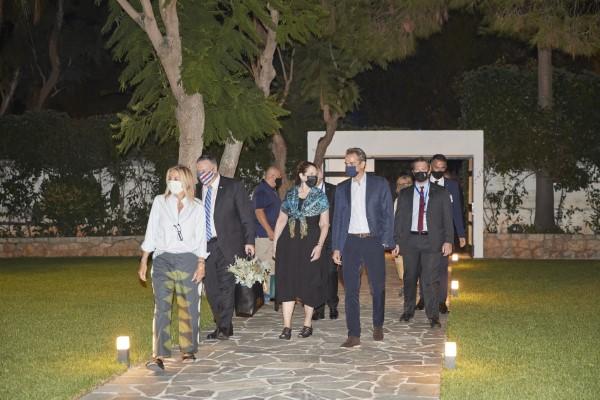 Ο Κυριακός Μητσοτάκης και η Μαρέβα Μητσοτάκη υποδέχτηκαν τον Μάικ Πομπέο και τη σύζυγό του στα Χανιά