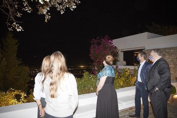 Το ζεύγος Μητσοτάκη παρουσιάζει στον Μάικ Πομπέο και την σύζυγό του τη θέα από τα Χανιά