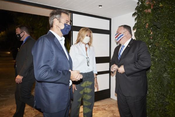 Με μάσκες ο Κυριάκος Μητσοτάκης και σύζυγός του, Μαρέβα, υποδέχονται τον Αμερικανό ΥΠΕΞ