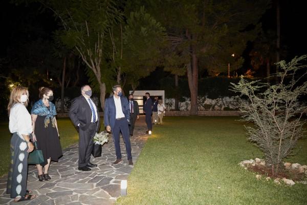 Ο Κυριάκος Μητσοτάκης υποδέχεται τον Μάικ Πομπέο και την σύζυγό του στα Χανιά