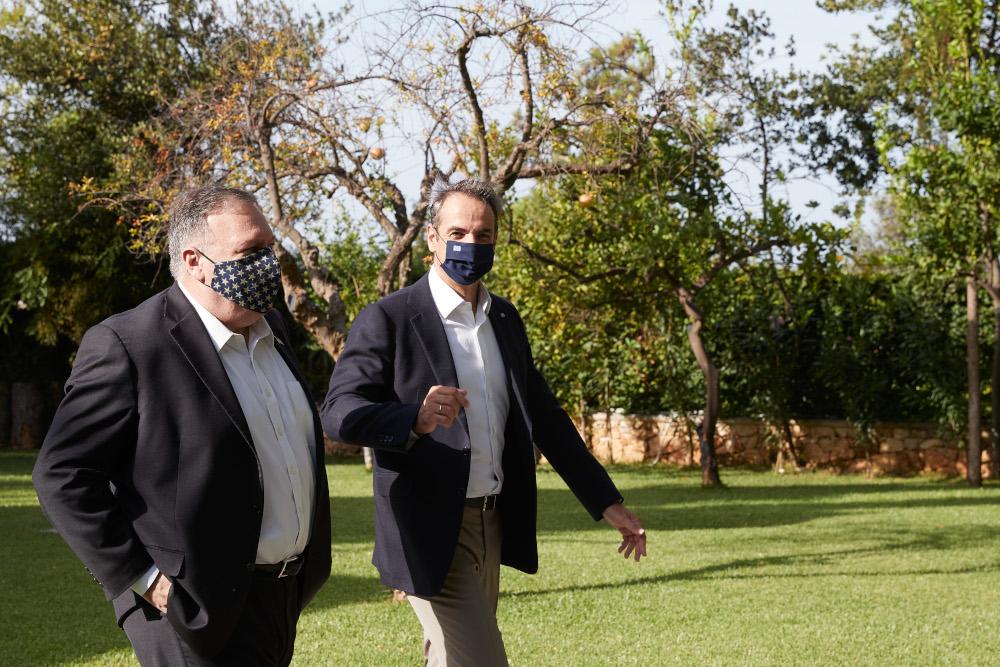 Μητσοτάκης και Πομπέο βαδίζουν σε χώρο στην Σούδα