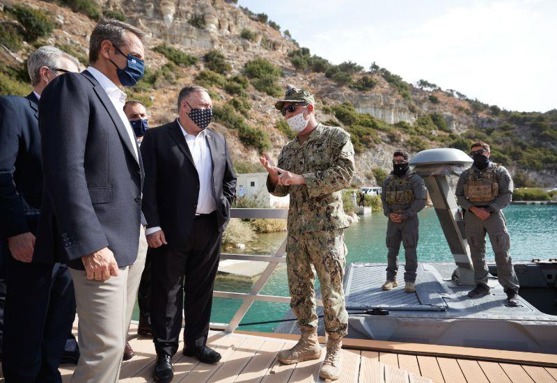 Οι κύριοι Μητσοτάκης και Πομπέο ενημερώνονται για τις δυνατότητες που έχουν τα ταχύπλοα CCM (Combat Craft Medium)