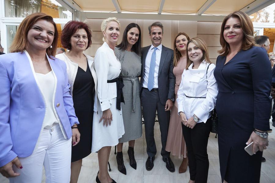 Ο Κυριάκος Μητσοτάκης με γυναίκες βουλευτές της ΝΔ