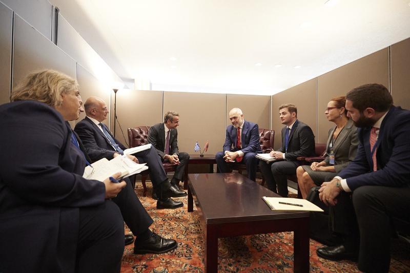 Οι πρωθυπουργοί Ελλάδας και Αλβανίας με τις αντιπροσωπείες των δύο χωρών στη Νέα Υόρκη