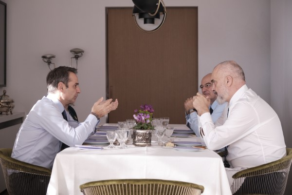 Το γεύμα Μητσοτάκη και Εντι Ράμα -Δίπλα ο Ν. Δένδιας