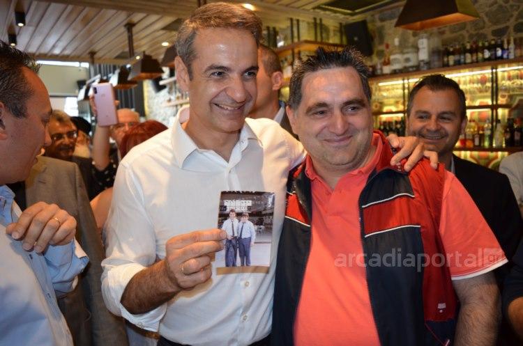Ο Κυριάκος Μητσοτάκης ποζάρει με τον άνδρα που είχαν υπηρετήσει μαζί, κρατώντας τη φωτογραφία
