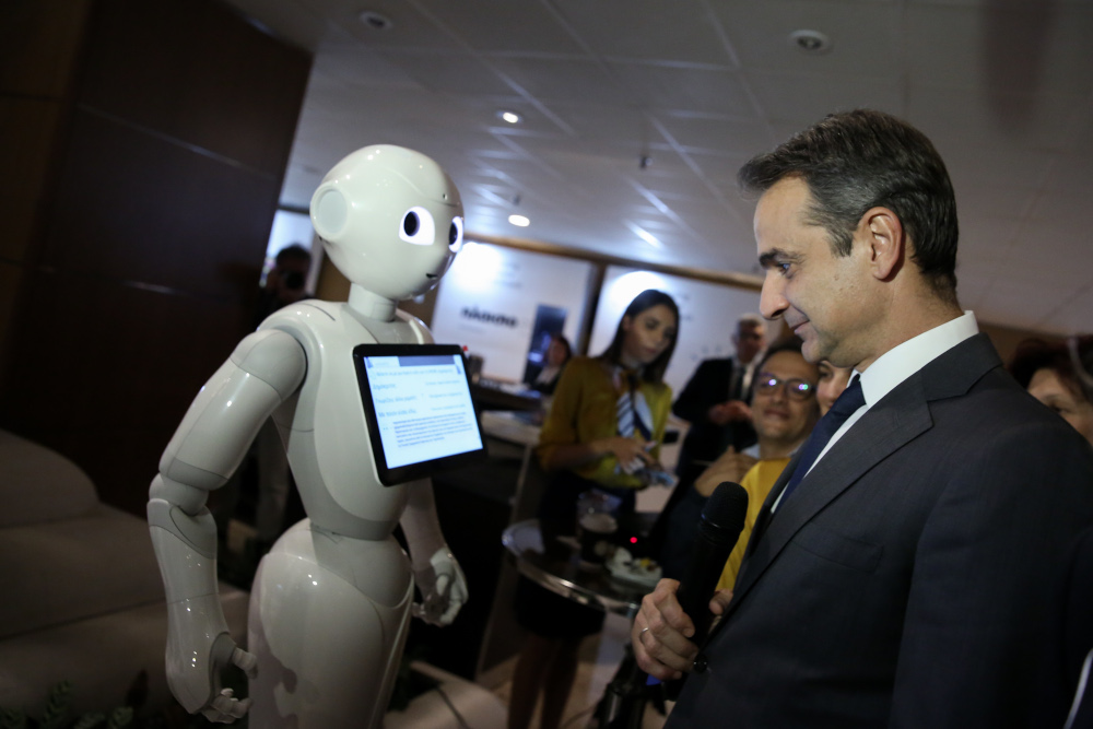 Ο πρωθυπουργός μπροστά σε ένα ρομπότ στο συνέδριο Digital Economy Forum