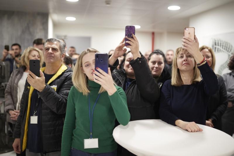 Εργαζόμενοι της Pharmathen βγάζουν φωτογραφίες τον Πρωθυπουργό