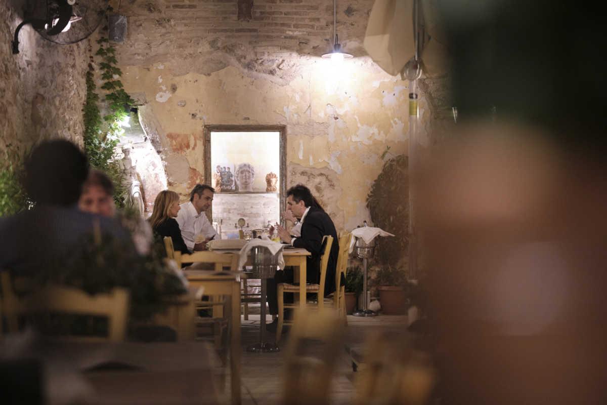 Μητοτάκης και Μαρέβα σε ταβέρνα συζητούν με την Σακελλαροπούλου