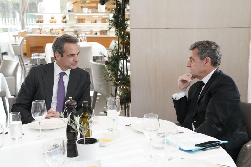 Ο πρωθυπουργός Κυριάκος Μητσοτάκης κατά τη διάρκεια του γεύματος με τον Νικολά Σαρκοζί