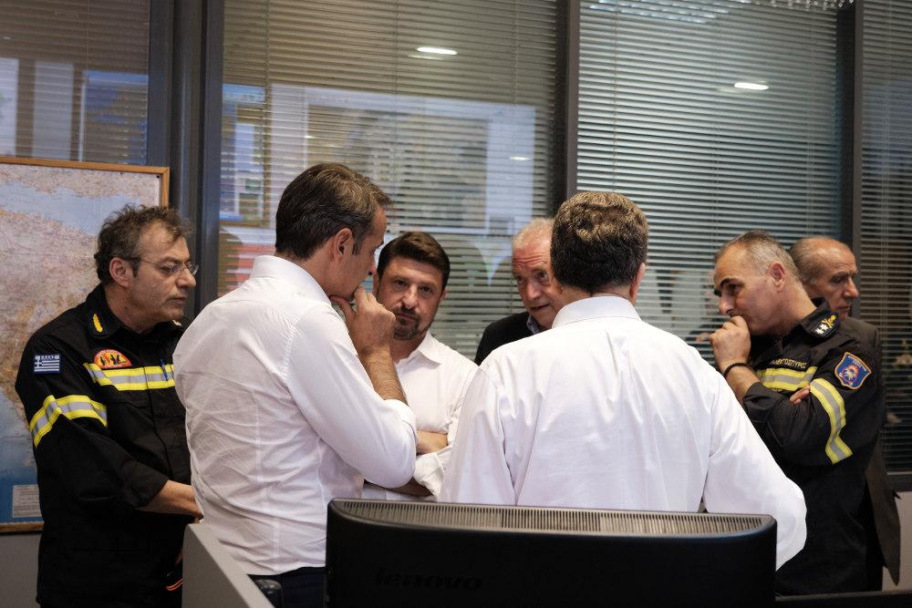 Ο πρωθυπουργός Κυριάκος Μητσοτάκης, ο υπουργός ΠΡΟ ΠΟ Μιχάλης Χρυσοχοΐδης και ο γγ πολιτικής προστασίας Νίκος Χαρδαλιάς