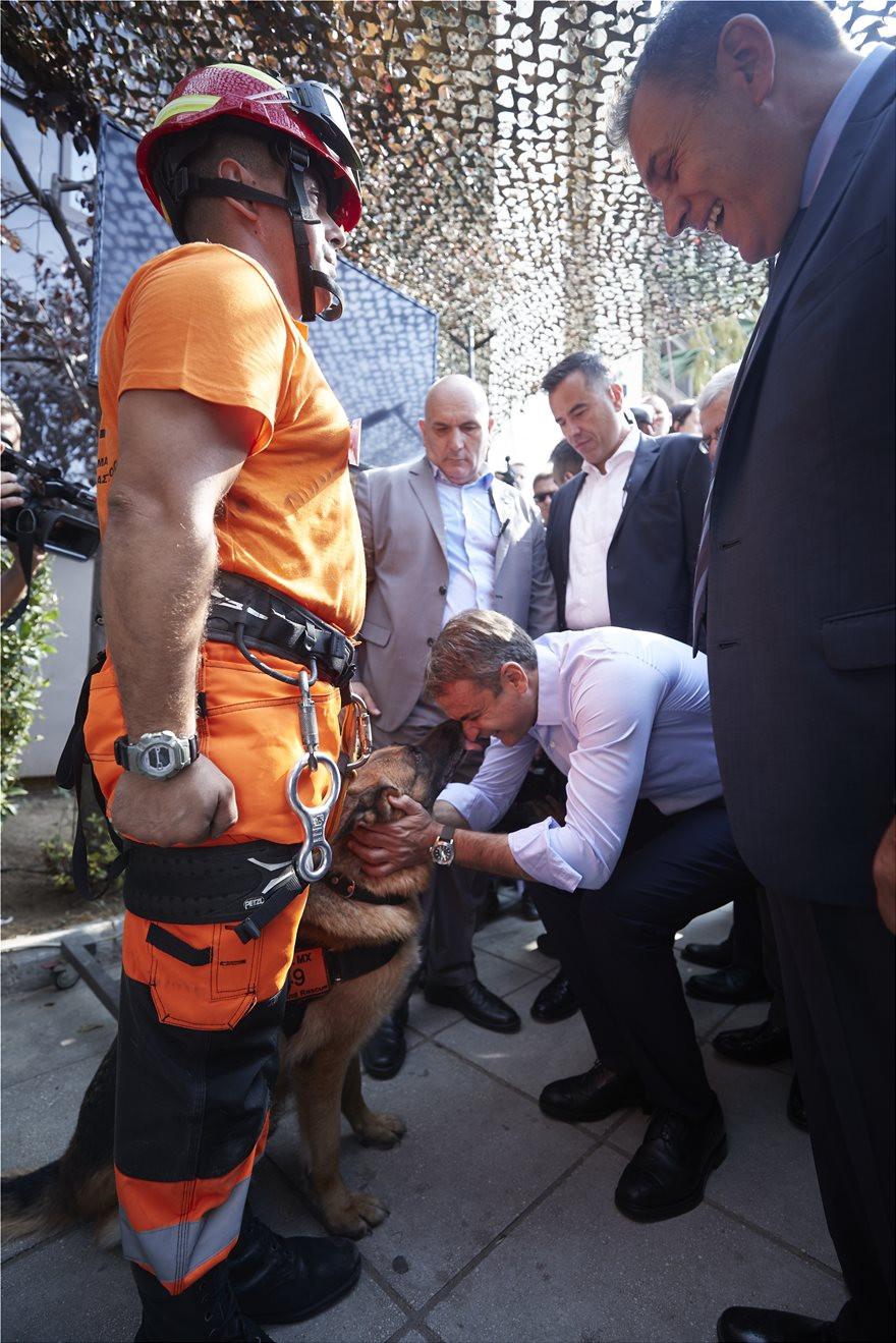 Το φιλί του σκύλου της ΕΜΑΚ στον πρωθυπουργό