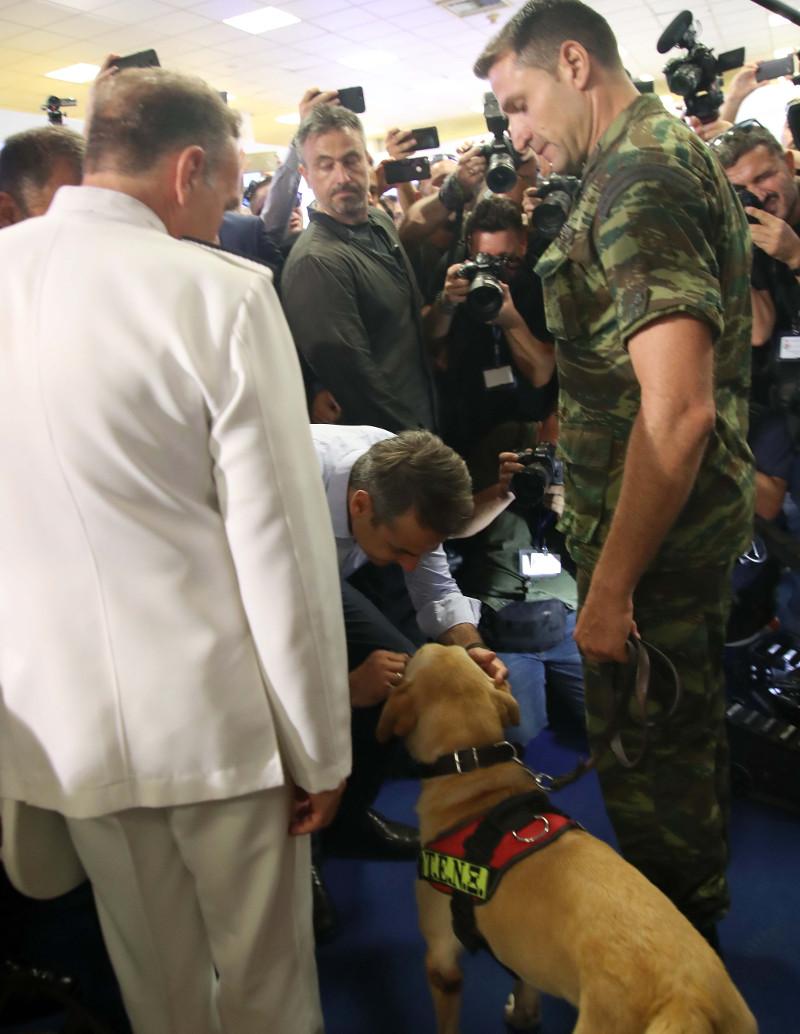 Τα χάδια του πρωθυπουργού στον σκύλο των Ενόπλων Δυνάμεων