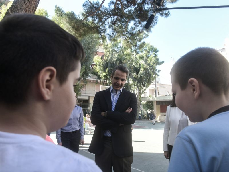 Ο Κυριάκος Μητσοτάκης συνομιλεί με τους μαθητές του δημοτικού