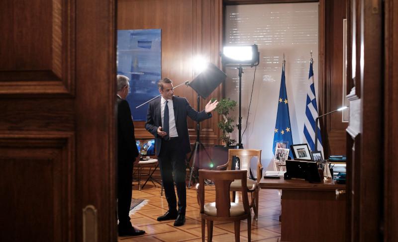 Μία μικρή ξενάγηση στο πρωθυπουργικό γραφείο πριν ξεκινήσει η συνέντευξη