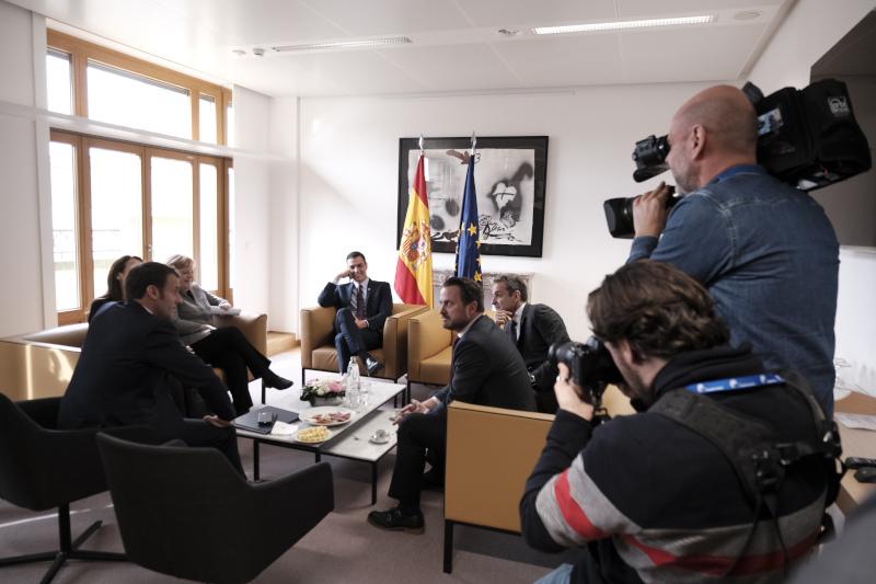Στιγμιότυπο από τη συνάντηση Μητσοτάκη με Μέρκελ, Μακρόν, Σάντσεθ και Κόντε -Για τον προϋπολογισμό της ΕΕ