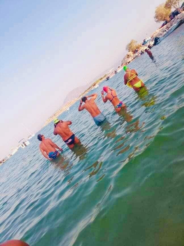 Κυριάκος Μητσοτάκης με αθλητές του τριάθλου στη θάλασσα
