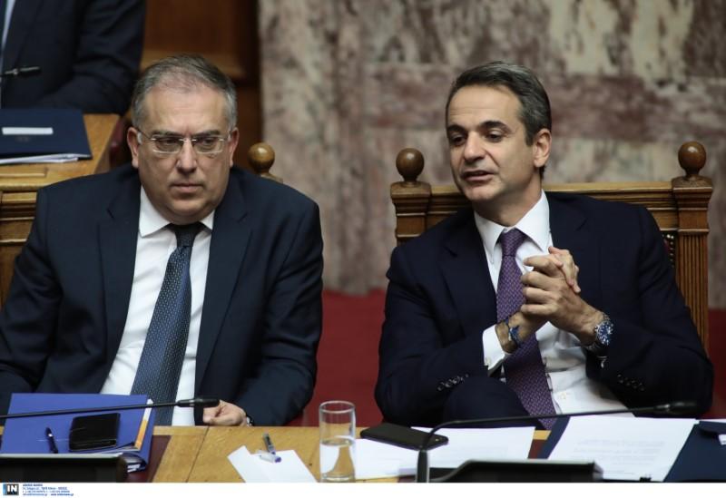 Θεοδωρικάκος και Μητσοτάκης παρακολουθούν τη συζήτηση για το ν/σ της ψήφου των αποδήμων