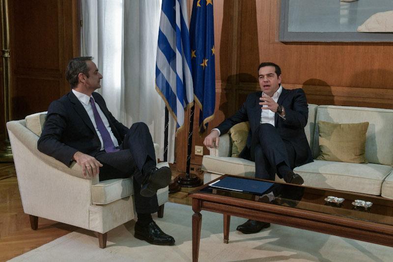 Ο πρωθυπουργός και ο πρόεδρος του ΣΥΡΙΖΑ συνομίλησαν για λίγο μπροστά στις κάμερες