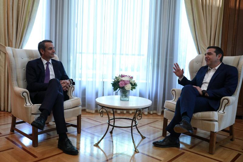Ο Αλέξης Τσίπρας υποδέχθηκε τον νέο πρωθυπουργό, Κυριάκο Μητσοτάκη