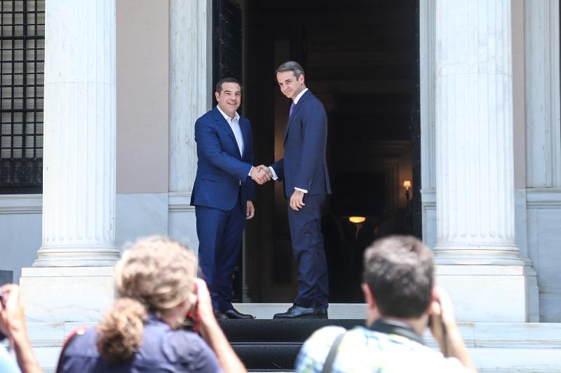 Ο Κυριάκος Μητσοτάκης και ο Αλέξης Τσίπρας στο Μέγαρο Μαξίμου.