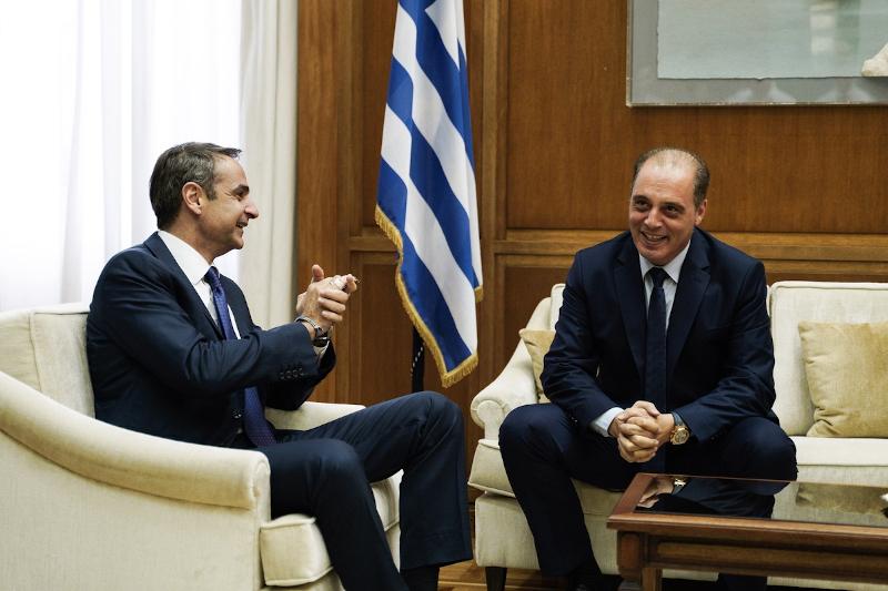 Μητσοτάκης και Βελόπουλος στον καναπέ του πρωθυπουργικού γραφείου στη Βουλή