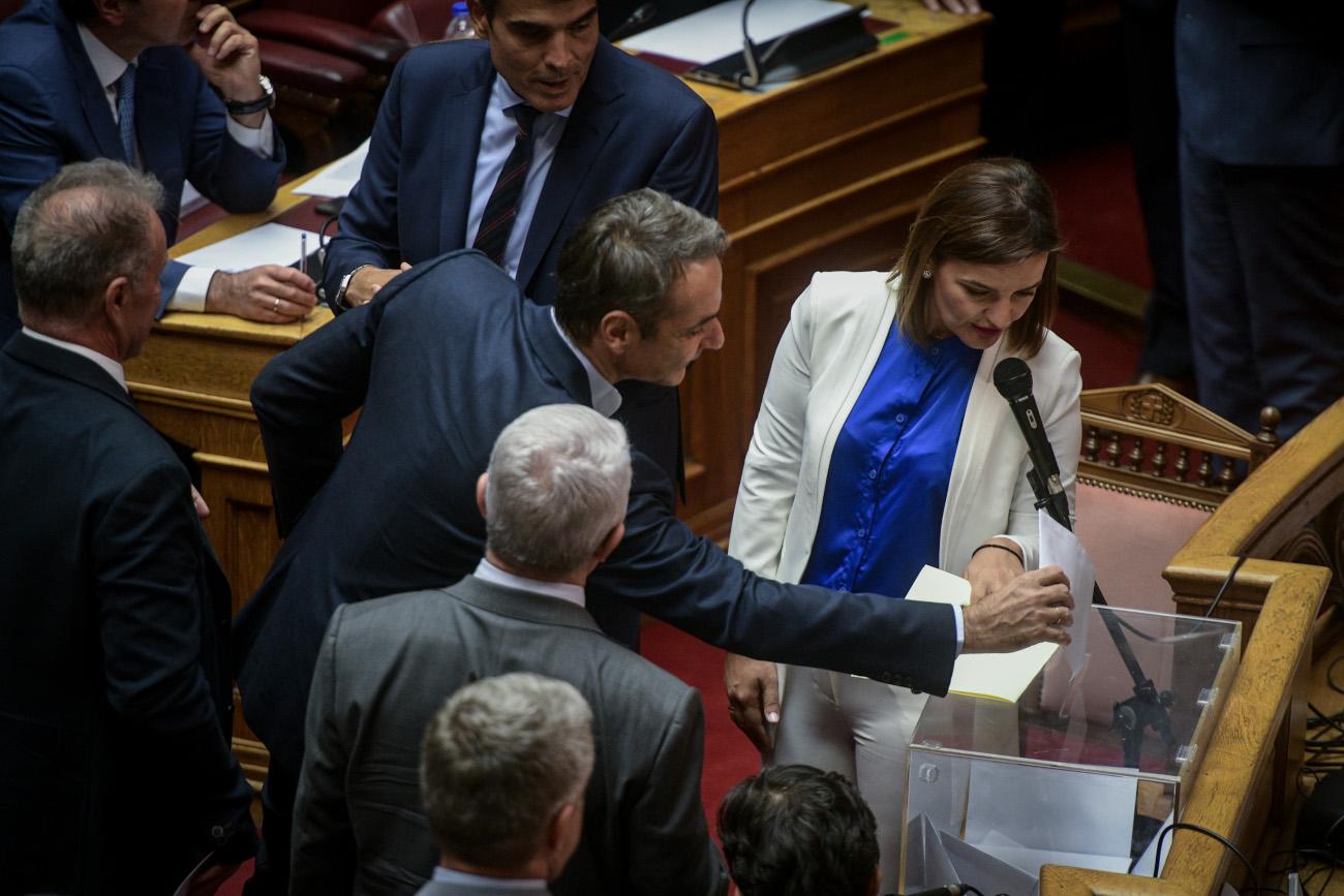 Ο Μητσοτάκης ρίχνει ψήφο για παραπομπή Παπαγγελόπουλου