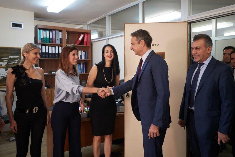 Ο Κυριάκος Μητσοτάκης συνομίλησε με εργαζόμενους του υπουργείου Εργασίας