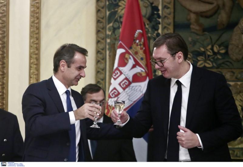 Ο Κυριάκος Μητσοτάκης τσουγκρίζει με τον Σέρβο πρόεδρο Αλεξάνταρ Βούτσιτς