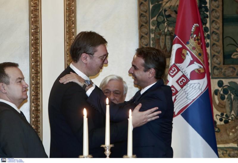 Ο Κυριάκος Μητσοτάκης αγκαλιάζει τον Σέρβο πρόεδρο Αλεξάνταρ Βούτσιτς
